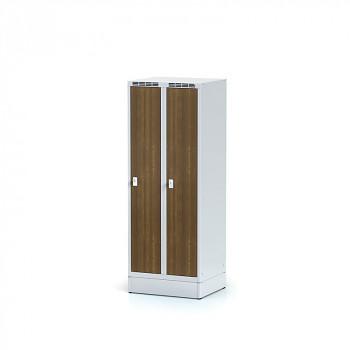 Šatní skříň, sokl, svařovaná,  2x ořech dv./korp. šedá, zámek cylindrický, nízká