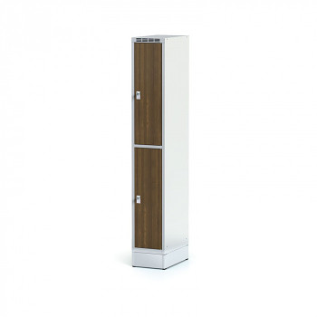 Šatní skříň boxová, sokl, svařovaná,  2x ořech dv./korp. šedá, zámek cylindrický