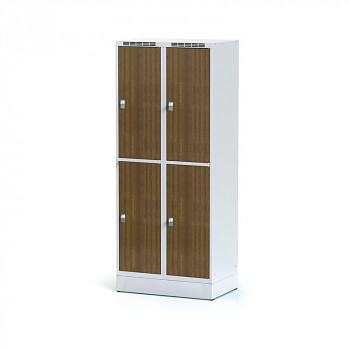 Šatní skříň boxová, sokl, svařovaná,  4x ořech dv./korp. šedá, zámek cylindrický, II