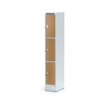 Šatní skříň boxová, sokl, svařovaná,  3x buk dv./korp. šedá, zámek cylindrický
