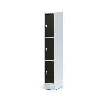 Šatní skříň boxová, sokl, svařovaná,  3x wenge dv./korp. šedá, zámek cylindrický