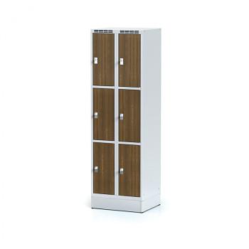 Šatní skříň boxová, sokl, svařovaná,  6x ořech dv./korp. šedá, zámek cylindrický
