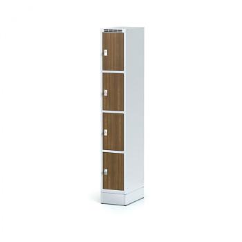 Šatní skříň boxová, sokl, svařovaná,  4x ořech dv./korp. šedá, zámek cylindrický