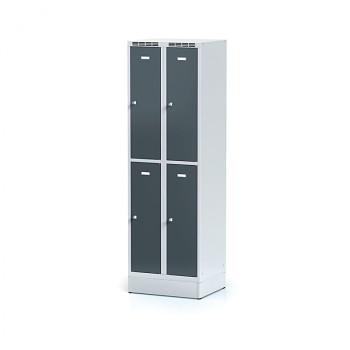 Šatní skříň boxová, sokl, svařovaná,  4x antracit dv./korp. šedá, zámek otočný, I
