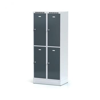 Šatní skříň boxová, sokl, svařovaná,  4x antracit dv./korp. šedá, zámek cylindrický, II