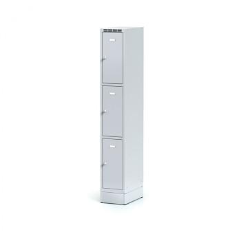 Šatní skříň boxová, sokl, svařovaná,  3x šedá dv./korp. šedá, zámek cylindrický