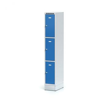Šatní skříň boxová, sokl, svařovaná,  3x modrá dv./korp. šedá, zámek otočný