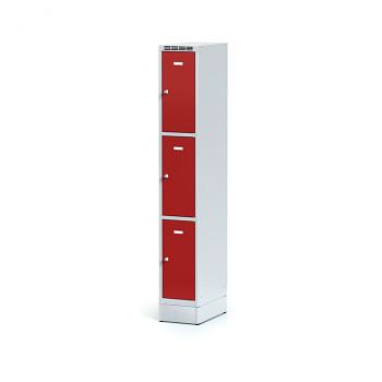 Šatní skříň boxová, sokl, svařovaná,  3x červená dv./korp. šedá, zámek otočný